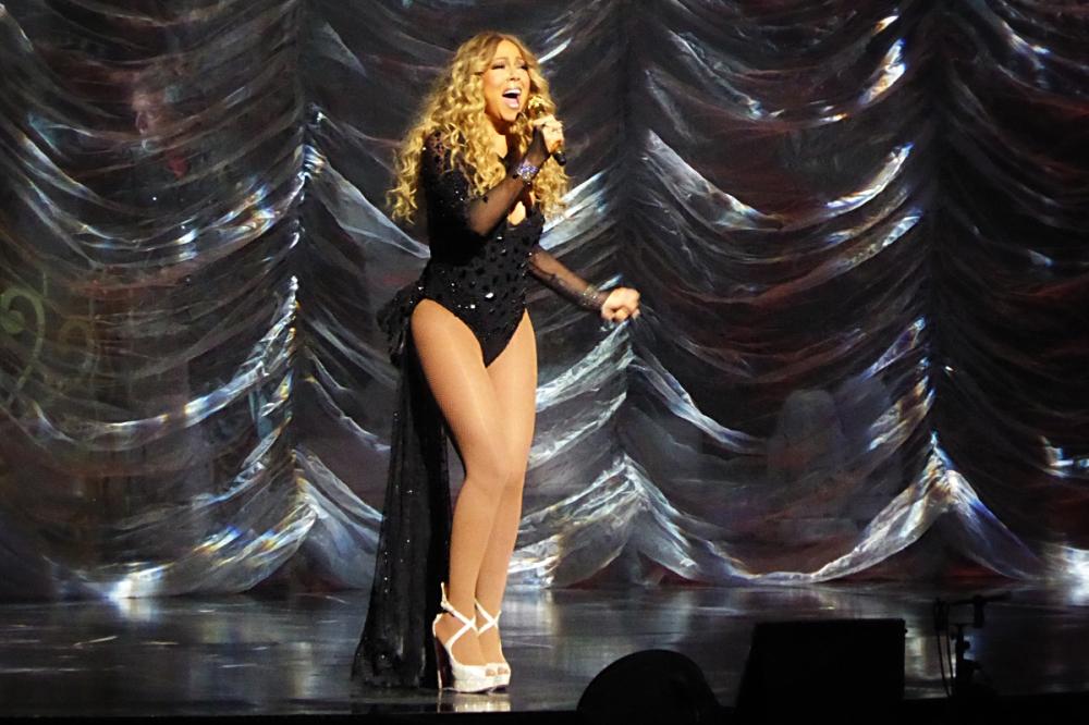 Mariah en résidence à Las Vegas - Page 6 Normal_2016-07-09-1468092256-8975511-Mariah_Carey_Las_Vegas_2